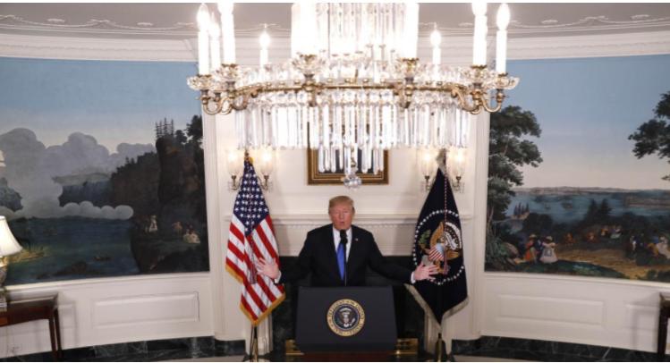 Tổng thống Mỹ Donald Trump phát biểu về thỏa thuận hạt nhân Iran từ Phòng Ngoại giao ở Nhà Trắng trưa 13-10. Ảnh: REUTERS