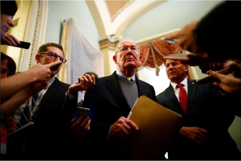 Thượng nghị sĩ Cộng hòa Lamar Alexander trao đổi báo chí tại Quốc hội ngày 17-10. Ảnh: REUTERS