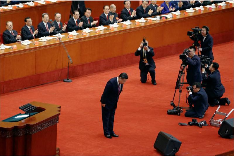 Ông Tập Cận Bình cúi chào đại hội trước khi phát biểu ngày 18-10. Ảnh: REUTERS