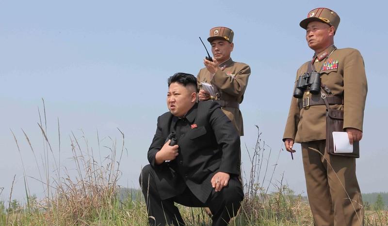 Lãnh đạo Triều Tiên trong một lần thị sát tập trận bắn tên lửa. Ảnh: SCMP