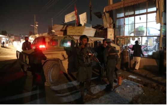 Cảnh sát canh giữ hiện trường vụ đánh bom tự sát ở đền thờ Imam Zaman ở Kabul (Afghanistan) tối 20-10. Ảnh: THX