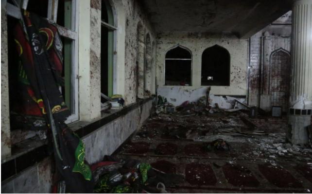 Hiện trường vụ đánh bom tự sát ở đền thờ Imam Zaman ở Kabul (Afghanistan) tối 20-10. Ảnh: THX