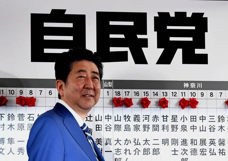 Thủ tướng Nhật Abe tại trụ sở đảng Tự do dân chủ ngày 22-10. Ảnh: JAPAN TIMES