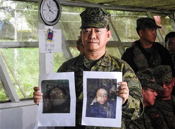 Tổng Tham mưu trưởng các lực lượng vũ trang Philippines Eduardo Ano trưng hình ảnh thủ lĩnh IS ở Đông Nam Á Isnilon Hapilon (phải) và thủ lĩnh O,arkhayam Maute của nhóm Maute (trái) trong cuộc họp báo tại một trại quân sự ở Marawi ngày 16-10. Ảnh: AFP
