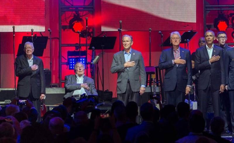 5 cựu Tổng thống Mỹ Jimmy Carter, George H.W. Bush, George W. Bush, Bill Clinton và Barack Obama cùng nghe Quốc ca trong đêm nhạc từ thiện 21-10. Ảnh: AFP