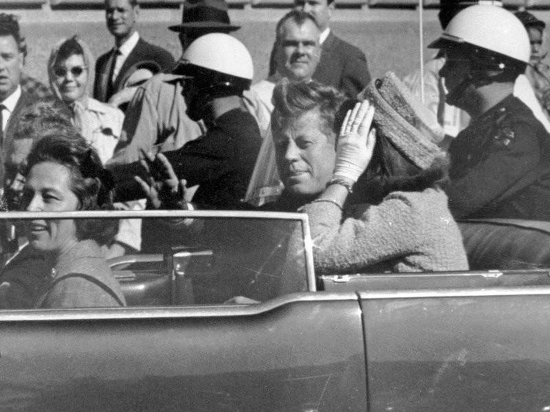 Tổng thống John F. Kennedy trong ngày 22-11-1963 tại Dallas, không lâu trước khi bị ám sát. Ảnh: AP
