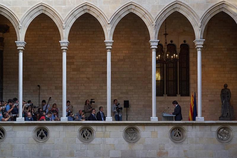 Ông Carles Puigdemont, Thủ hiến Catalonia phát biểu tại TP Catalonia, thủ phủ Catalonia (Tây Ban Nha) ngày 26-10. Ảnh: NEW YORK TIMES