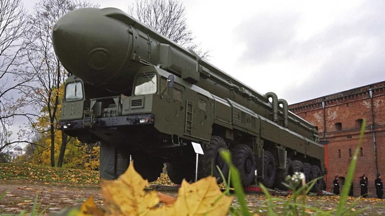 Bệ phóng di động tên lửa đạn đạo xuyên lục địa Topol trên mặt đất. Ảnh: SPUTNIK