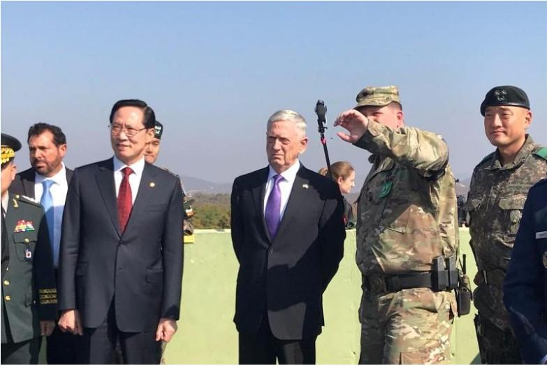 Bộ trưởng Quốc phòng Mỹ James Mattis (thứ 3 từ phải sang) và người đồng cấp Hàn Quốc Song Young-moo (thứ 3 từ trái sang) tại khu phi quân sự liên Triều tại làng Bàn Môn Điếm ở tỉnh Paju (Hàn Quốc) ngày 27-10. Ảnh: AFP