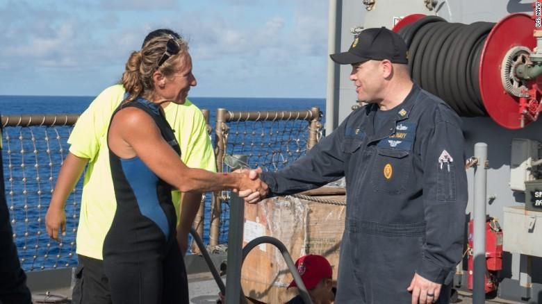 Chỉ huy tàu USS Ashland Gary Wise (phải) đón cô Jennifer Appel lên tàu USS Ashland. Ảnh: CNN