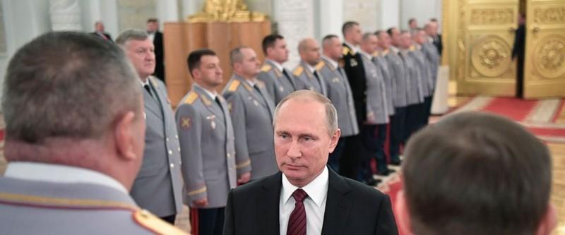Tổng thống Nga Putin gặp các quan chức quân đội Nga tại Điện Kremlin ngày 26-10. Ảnh: AP