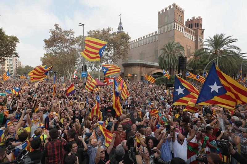 Người dân Barcelona đổ ra đường ăn mừng trong khi nghị viện Catalonia bỏ phiếu đồng ý độc lập khỏi Tây Ban Nha. Ảnh: REUTERS