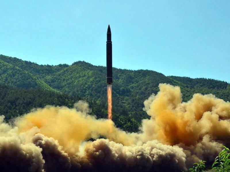 Tên lửa đạn đạo xuyên lục địa Hwasong-14 của Triều Tiên trong lần thử ngày 4-7. Ảnh: AFP