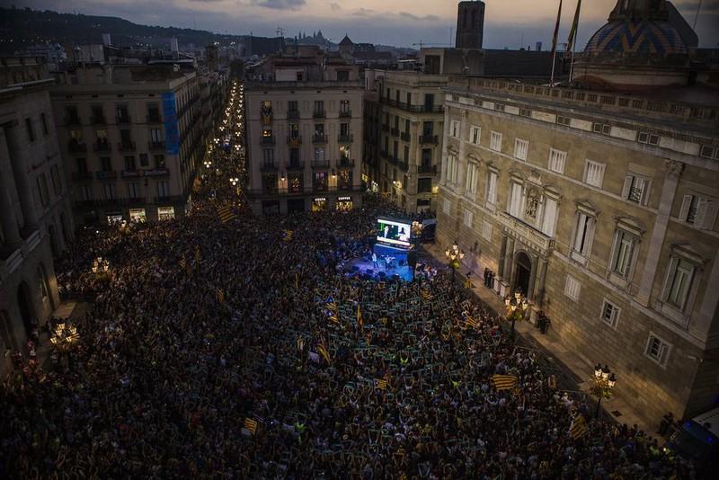 Người dân Catalonia ăn mừng sau khi nghị viện Catalonia tuyên bố độc lập, ngày 27-10. Ảnh: BLOOMBERG