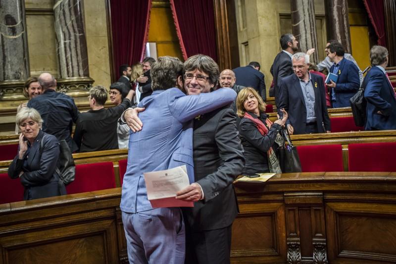Thủ hiến Catalonia Carles Puigdemont (phải) sau cuộc bỏ phiếu độc lập của nghị viện Catalonia chiều 27-10. Ảnh: BLOOMBERG
