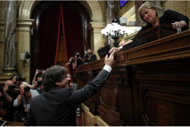 Thủ hiến Catalonia Carles Puigdemont bỏ phiếu tại nghị viện Catalonia ngày 27-10. Ảnh: REUTERS