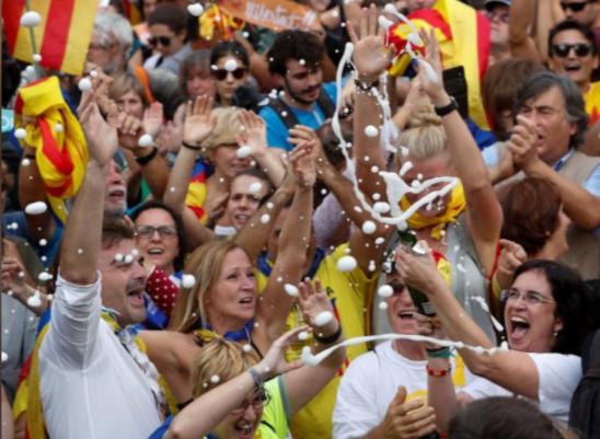 Dân Catalonia ăn mừng độc lập khỏi Tây Ban Nha ngày 27-10. Ảnh: REUTERS