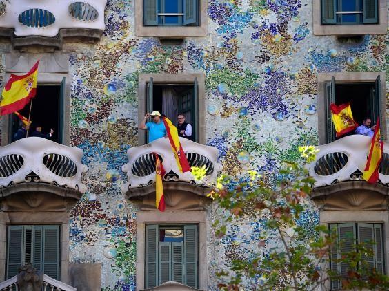 Người dân Catalonia biểu tình ở Barcelona ngày 29-10 phản đối độc lập. Ảnh: AFP