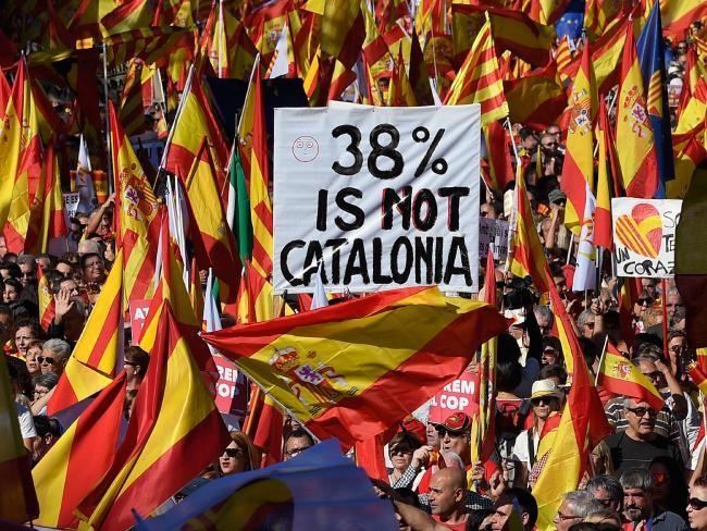 """Người Catalonia ủng hộ thống nhất biểu tình ở Barcelona ngày 29-10, mang biểu ngữ """"38% không phải Catalonia"""" – chỉ tỷ lệ dân Catalonia đi bỏ phiếu trong ngày trưng cầu độc lập. Ảnh: AFP"""