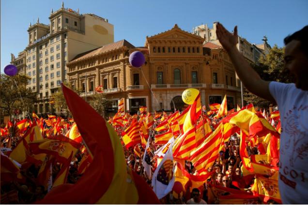 Người Catalonia mang cờ Tây Ban Nha xuống đường ở Barcelona biểu tình ủng hộ thống nhất, phản đối độc lập, ngày 29-10. Ảnh: REUTERS
