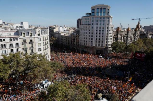 Hàng trăm người Catalonia xuống đường ở Barcelona biểu tình ủng hộ thống nhất, phản đối độc lập, ngày 29-10. Ảnh: REUTERS