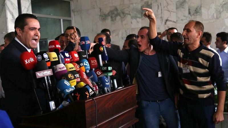 Người Kurd can thiệp cuộc họp báo của một nghị viên tự do ở nghị viện người Kurd Iraq ở Irbil ngày 29-10. Ảnh: AFP