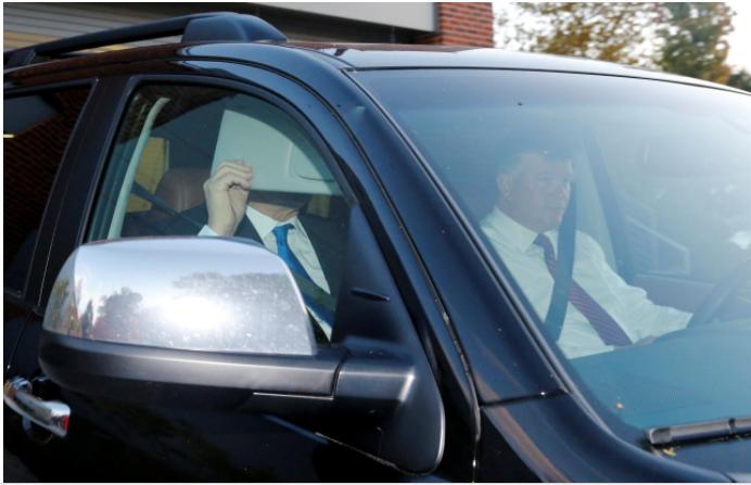 Ông Manafort ngồi xe hơi rời nhà sáng 30-10. Ảnh: REUTERS