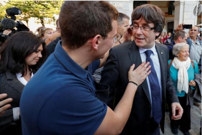 Ông Puigdemont (phải) được người ủng hộ độc lập chào đón trên đường phố TP Girona ở Catalonia ngày 28-10. Ảnh: REUTERS