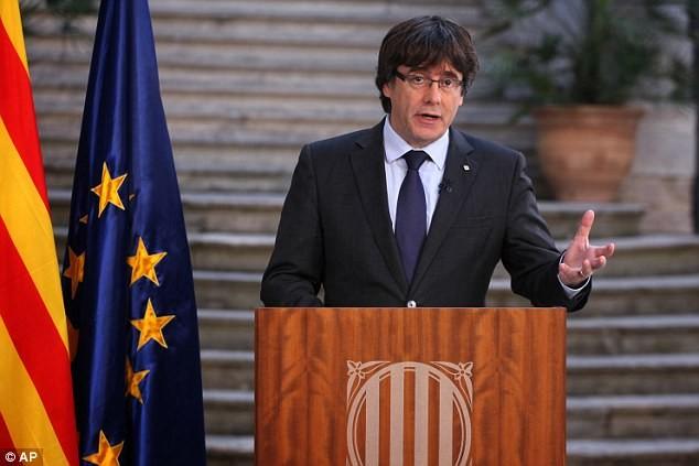 Ông Puigdemont phát biểu trên truyền hình chiều 27-10, sau khi bị chính phủ trung ương sa thải. Ảnh: MAIL ONLINE