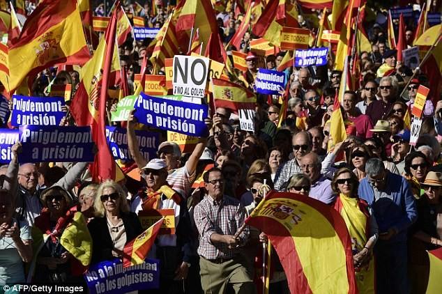 Người dân Catalonia kêu gọi chính phủ trung ương bắt ông Puigdemont trong ngày biểu tình 29-10. Ảnh: MAIL ONLINE
