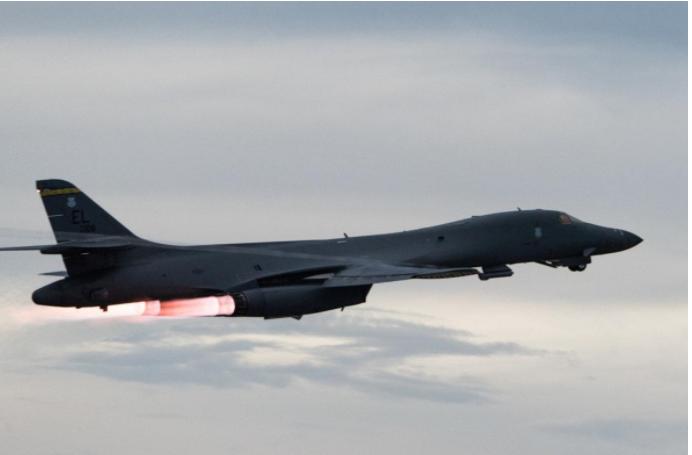 Máy bay ném bom chiến lược B-1B Lancer cất cánh từ căn cứ không quân Andersen trên đảo Guam (Mỹ) sang bán đảo Triều Tiên ngày 10-10. Thời gian gần đây Mỹ thường xuyên triển khai B-1B Lancer sang khu vực giữa lúc căng thẳng với Triều Tiên đang rất cao. Ảnh: REUTERS