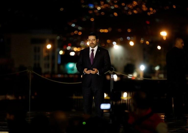 Thủ tướng Lebanon Saad al-Hariri cầu nguyện tại mộ phần cha mình ngay khi trở về Beirut tối 21-11. Ảnh: REUTERS