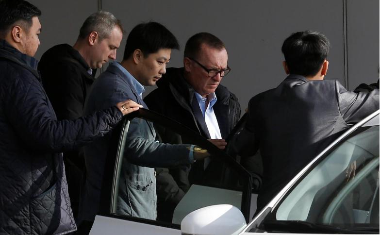 Phó Tổng Thư ký LHQ phụ trách các vấn đề chính trị Jeffrey Feltman (thứ hai từ phải sang) đến sân bay Bắc Kinh (Trung Quốc) ngày 9-12, sau chuyến thăm Triều Tiên tuần trước. Ảnh: REUTERS