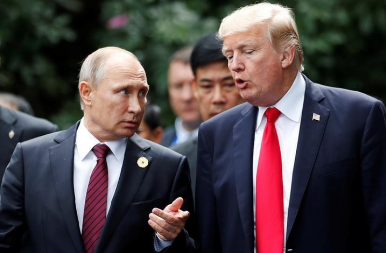 Tổng thống Mỹ Donald Trump (phải) và Tổng thống Nga Vladimir Putin tại đợt hội nghị APEC ở Đà Nẵng ngày 11-11. Ảnh: REUTERS