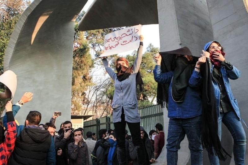 Biểu tình ở Iran đã kéo dài hơn 10 ngày với 22 người chết và 450 người bị bắt. Iran cáo buộc CIA, Israel, Saudi Arabia xúi giục biểu tình. Ảnh: GETTY IMAGES