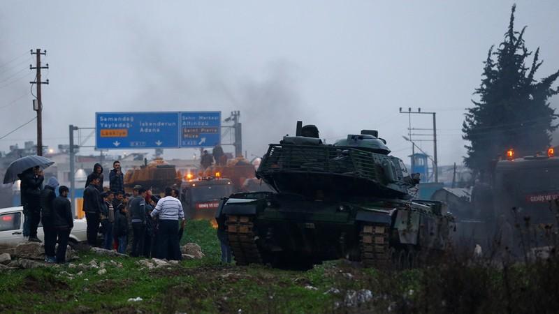 Đoàn xe quân sự Thổ Nhĩ Kỳ tại một căn cứ quân sự ở thị trấn Reyhanli gần tỉnh Hatay (Thổ Nhĩ Kỳ) giáp biên giới Syria, ngày 17-1. Ảnh: REUTERS