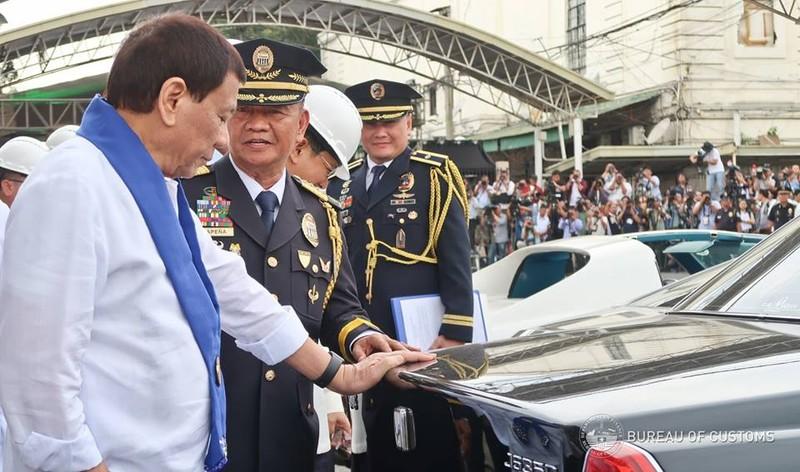 Tổng thống Philippines Rodrigo Duterte kiểm tra dàn siêu xe trước khi xe ủi bánh xích làm nhiệm vụ cán dẹp, tại Cục Hải quan Philippines ngày 6-2. Ảnh: FACEBOOK của Cục Hải quan Philippines