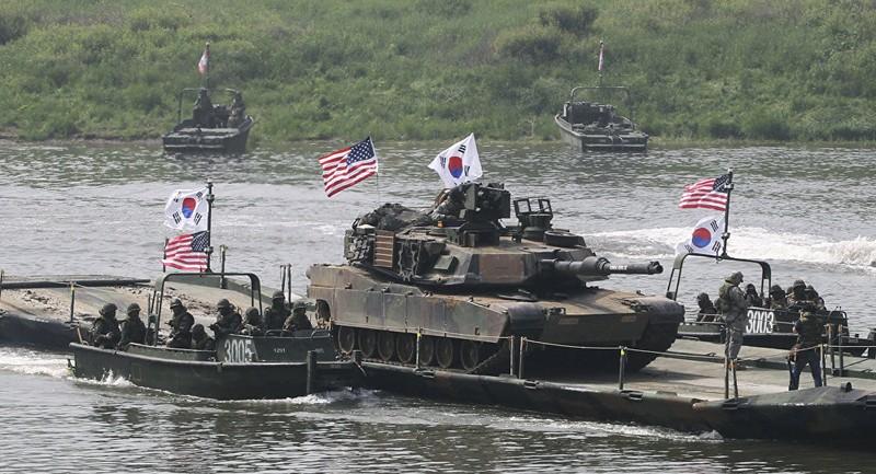 Xe tăng M1A2 của quân đội Mỹ vượt sông Nam Han trên sà lan của quân đội Hàn Quốc trong một cuộc tập trận chung ở Yeoncheon gần biên giới với Triều Tiên. Ảnh: SPUTNIK