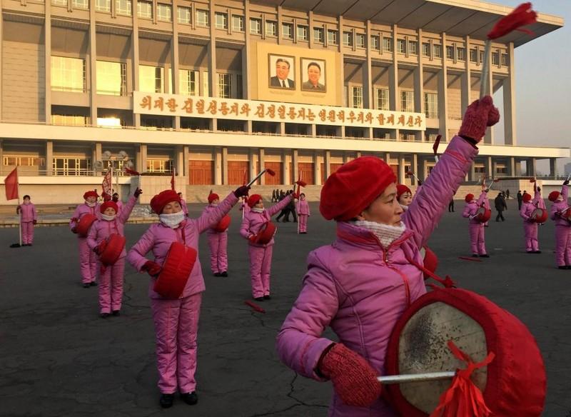 Phụ nữ Triều Tiên đánh trống chào mừng người đi làm buổi sáng trên đường phố Pyongyang -  Bình Nhưỡng (Triều Tiên). Ảnh: REUTERS