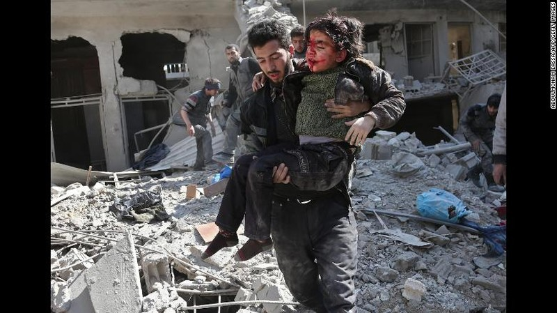 Nhân viên tình nguyện cứu hộ nạn nhân trẻ em tại Đông Ghouta ngày 21-2. Ảnh: CNN