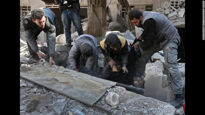 Cứu hộ nạn nhân bị kẹt dưới đống đổ nát vì không kích ở Đông Ghouta ngày 21-2. Ảnh: CNN