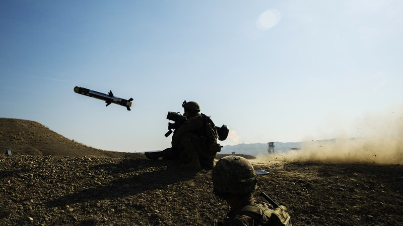 Tên lửa chống tăng Javelin được một binh sĩ Mỹ bắn trong một cuộc tập trận. Ảnh: REUTERS