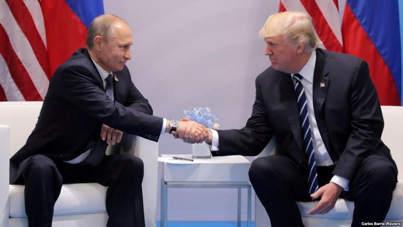 Tổng thống Mỹ Donald Trump (phải) quyết định kéo dài trừng phạt Nga, một ngày sau khi Tổng thống Nga Vladimir Putin (trái) cứng rắn về vũ khí hạt nhân. Ảnh: REUTERS