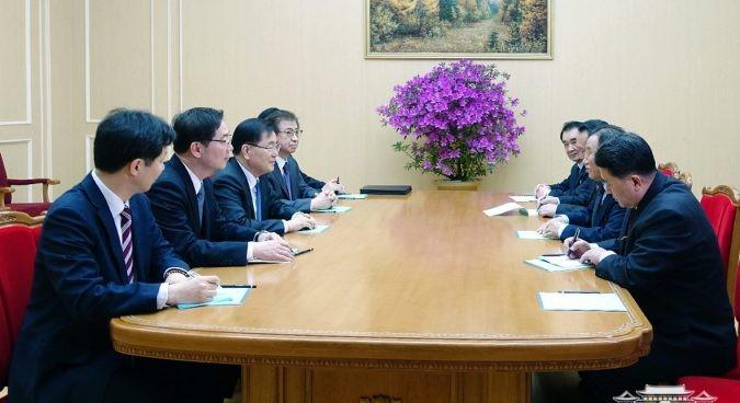 Phái đoàn cấp cao Hàn Quốc (trái) gặp các quan chức Triều Tiên tại khách sạn Bình Nhưỡng ở Triều Tiên chiều 5-3. Ảnh: NHÀ XANH