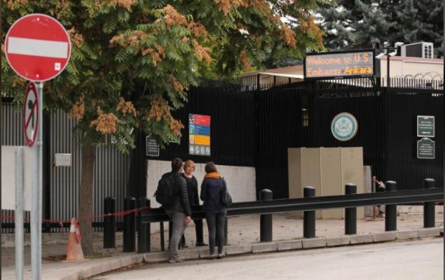 Người dân chờ nộp đơn xin visa Mỹ trước đại sứ quán Mỹ ở Ankara (Thổ Nhĩ Kỳ) ngày 9-10-2017. Ảnh REUTERS