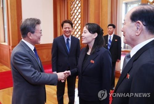 Tổng thống Hàn Quốc  Moon Jae-in (trái) bắt tay bà Kim Yo-jong trong buổi tiếp tại Nhà Xanh ngày 10-2. Ảnh: YONHAP