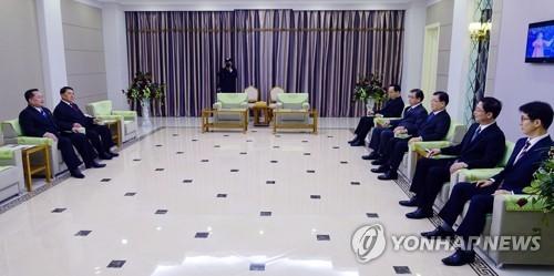 Tướng Triều Tiên Kim Yong-chol (trái) tiếp các đặc phái viên Hàn Quốc tại khách sạn Bình Nhưỡng ở Triều Tiên ngày 5-3. Ảnh: YONHAP