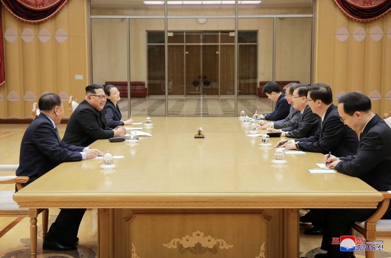 Lãnh đạo Triều Tiên Kim Jong-un (giữa, bên phải) tươi cười gặp gỡ các đặc phái viên của Tổng thống Hàn Quốc Moon Jae-in tại trụ sở đảng Lao động Triều Tiên chiều 5-3. Bên cạnh là bà Kim Yo-jong, em gái ông. Ảnh: KCNA