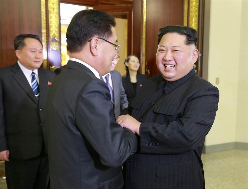 Lãnh đạo Triều Tiên Kim Jong-un tiếp đón thân mật các đặc phái viên Hàn Quốc tại trụ sở đảng Lao động Triều Tiên chiều 5-3. Ảnh KCNA
