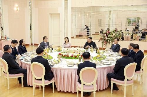 Lãnh đạo Triều Tiên Kim Jong-un (thứ tư từ phải sang, hàng đầu) và phu nhân Ri Sol-ju (thứ 5 từ trái sang, hàng đầu trong bữa tiệc tối với các đặc phái viên của Tổng thống Hàn Quốc Moon Jae-in tại trụ sở đảng Lao động Triều Tiên ở Bình Nhưỡng tối 5-3. Ảnh: YONHAP